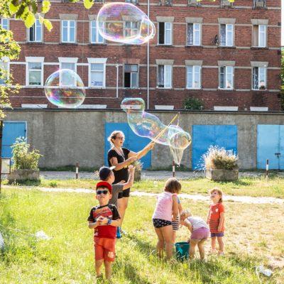"""""""Lato na podwórku"""" – projekt Fundacji Ładne Historie"""